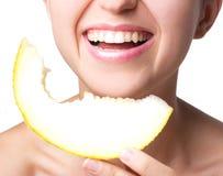 Lächelnde Frau mit Melone Lizenzfreie Stockfotos