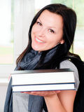 Lächelnde Frau mit Rucksackholdingbüchern Lizenzfreie Stockfotografie