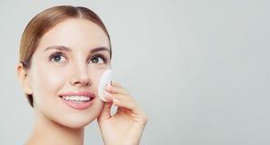 Lächelnde Frau mit sauberen Baumwollauflagen Gesichtsbehandlung, skincare stockfoto