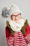 Lächelnde Frau mit Schal und Kappe Lizenzfreie Stockbilder