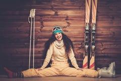 Lächelnde Frau mit Skis Stockfotos