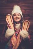 Lächelnde Frau mit Skis Lizenzfreie Stockfotos