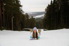 Lächelnde Frau mit Snowboard Lizenzfreies Stockbild