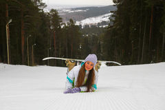 Lächelnde Frau mit Snowboard Stockfotos
