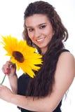 Lächelnde Frau mit Sonnenblume in der Hand Stockbilder