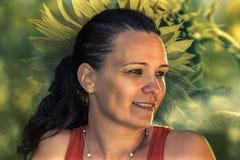 Lächelnde Frau mit Sonnenblumenhintergrund Lizenzfreies Stockfoto