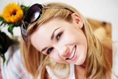 Lächelnde Frau mit Sonnenbrillen auf ihrem Haar Lizenzfreies Stockfoto