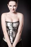 Lächelnde Frau mit Spaltung in einem Korsett stockfoto