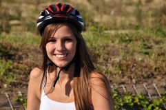 Lächelnde Frau mit Sturzhelm Stockfotos