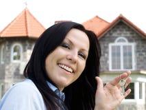 Lächelnde Frau mit Tasten Lizenzfreies Stockbild