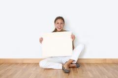 Lächelnde Frau mit whiteboard Lizenzfreies Stockfoto