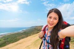 Lächelnde Frau Selfie mit dem Wandern der Ausrüstung Lizenzfreie Stockbilder