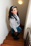 Lächelnde Frau steigen unten Treppen Stockbild