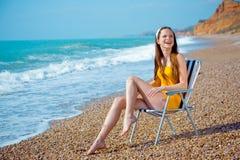 Lächelnde Frau am Strand lizenzfreie stockbilder