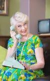 Lächelnde Frau am Telefon stockfotos