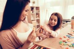 Lächelnde Frau und Mädchen lernen Alphabet zu Hause lizenzfreie stockbilder