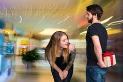 Lächelnde Frau und Mann mit Geschenkbox Lizenzfreie Stockfotografie
