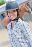 Lächelnde Frau und Pferd lizenzfreie stockbilder
