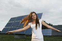 Lächelnde Frau und Sonnenkollektoren Lizenzfreies Stockfoto