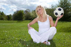Lächelnde Frau ungefähr, zum eines Fußballs zu werfen Lizenzfreie Stockbilder