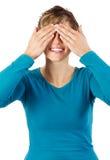 Lächelnde Frau versteckt ihre Augen Stockfoto