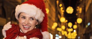 Lächelnde Frau am Weihnachten in Florenz, Italien, das beiseite schaut Stockfotos