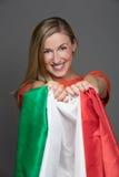 Lächelnde Frau, welche die italienische Flagge hält Lizenzfreie Stockfotografie