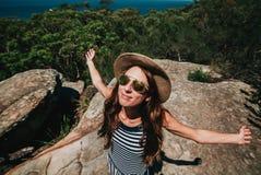 Lächelnde Frauenöffnungsarme in der Natur Getrennt auf Schwarzem Lizenzfreie Stockbilder