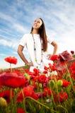 Lächelnde Frauen auf einem Mohnblumegebiet Lizenzfreies Stockfoto