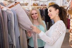 Lächelnde Frauen, die Hosen kaufen Lizenzfreie Stockbilder