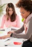 Lächelnde Frauen, die zusammen studieren Lizenzfreies Stockfoto
