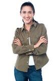 Lächelnde Frauenaufstellung, lokalisiert über einem Weiß lizenzfreies stockbild