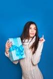 Lächelnde Frauengriff-Blaugeschenkbox Weihnachten, Weihnachten, Leute, Glückkonzept - glückliche Frau im Winter kleidet lizenzfreie stockbilder