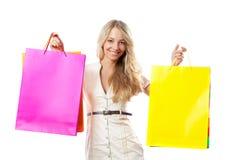 Lächelnde Frauenholding-Einkaufenbeutel Lizenzfreie Stockfotografie
