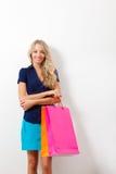Lächelnde Frauenholding-Einkaufenbeutel Lizenzfreies Stockfoto
