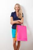Lächelnde Frauenholding-Einkaufenbeutel Stockfotos