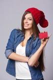 Lächelnde Frauenholding-Kreditkarte Stockbilder