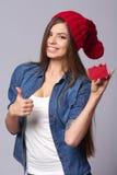 Lächelnde Frauenholding-Kreditkarte Stockfoto