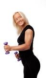 Lächelnde Frauenholdinggewichte Lizenzfreie Stockfotografie