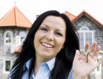 Lächelnde Frauenholdingtasten Stockfoto