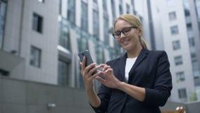 Lächelnde Frauenlesemitteilung im Sozialen Netz, Sitzungswebsite, Anwendung stock video footage