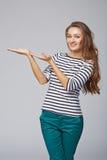 Lächelnde Frauenvertretung öffnen Handpalme mit Kopienraum für Produkt stockfoto