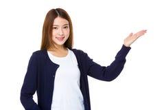 Lächelnde Frauenvertretung öffnen Handpalme mit Kopienraum für Produkt stockbild