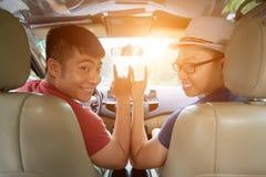 Lächelnde Freunde bereit zur Autoreise Lizenzfreie Stockbilder