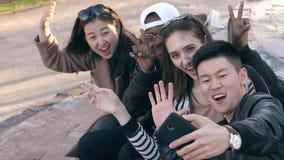 Lächelnde Freunde, die ein Foto machen stock footage