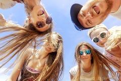 Lächelnde Freunde, die im Kreis stehen Stockfotografie