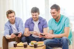 Lächelnde Freunde, die zu Hause Foto des Lebensmittels machen Stockbilder