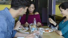 Lächelnde Freunde, die zusammen essen stock video footage
