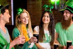 Lächelnde Freunde mit irischem Zusatz Lizenzfreie Stockfotografie