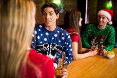 Lächelnde Freunde mit Weihnachtszusatz Stockfotografie